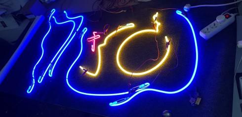 Neonreklám készítés, szabadon sugárzó neon reklámfeliratok gyártása, neon szerelés, neon javítás, neon reklámtábla készítés, retró neonfeliratok, reklám neonok, világító reklámfelirat készítés, világítódoboz gyártás, világító tábla készítés, 3d plexi